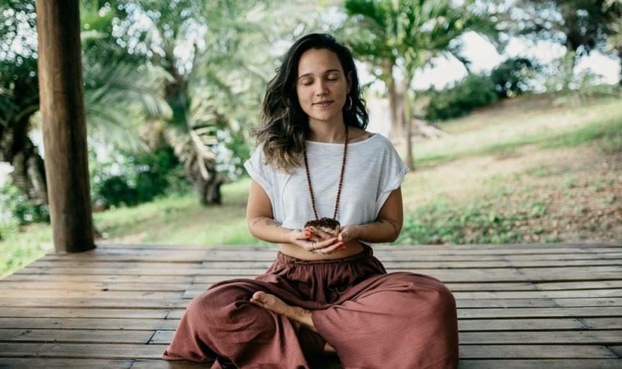 Especialista em ergonomia do trabalho e instrutora de Yoga, Paula Reis participa do Programa Movimente-se da Faculdade Batista Brasileira